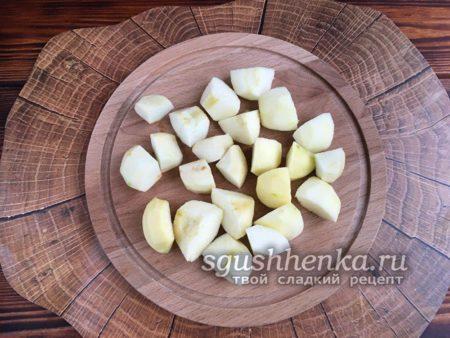 разрезать яблоки на четвертинки