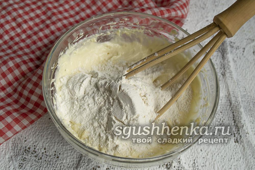 добавить муку и ванильный экстракт
