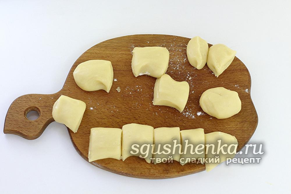 разделить тесто на несколько кусочков