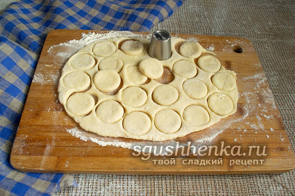 вырезать печенья с помощью круглой формочки