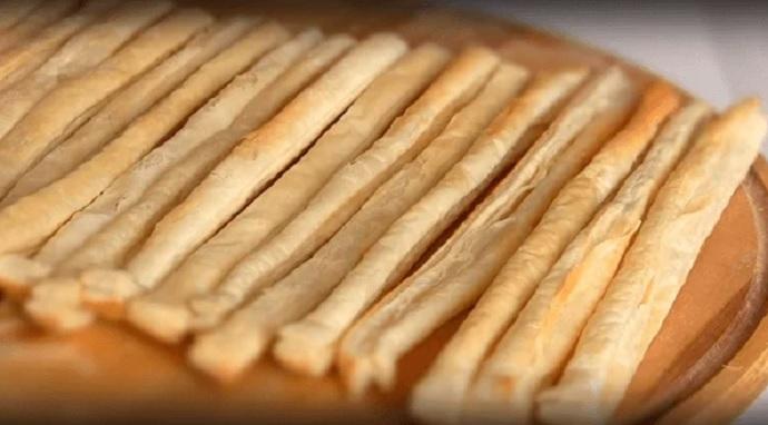 выпечь слоеные палочки