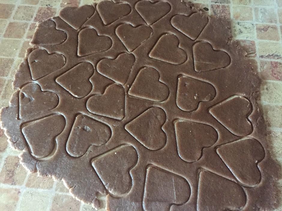 вырезать фигурки из шоколадного теста