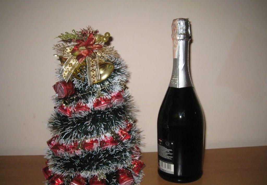 шампанское и маленькая елка из конфет