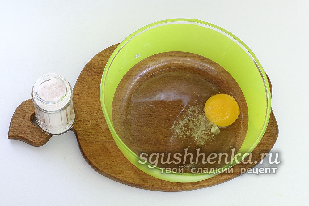 вбить яйцо в миску