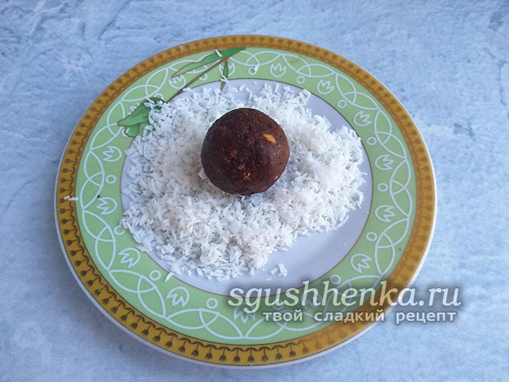 шоколадный шарик в кокосовой стружке