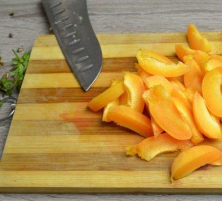 нарезать абрикосы