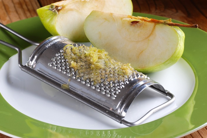 натираем яблоко