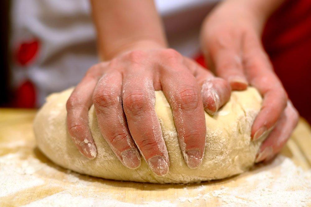 вымешивание теста руками