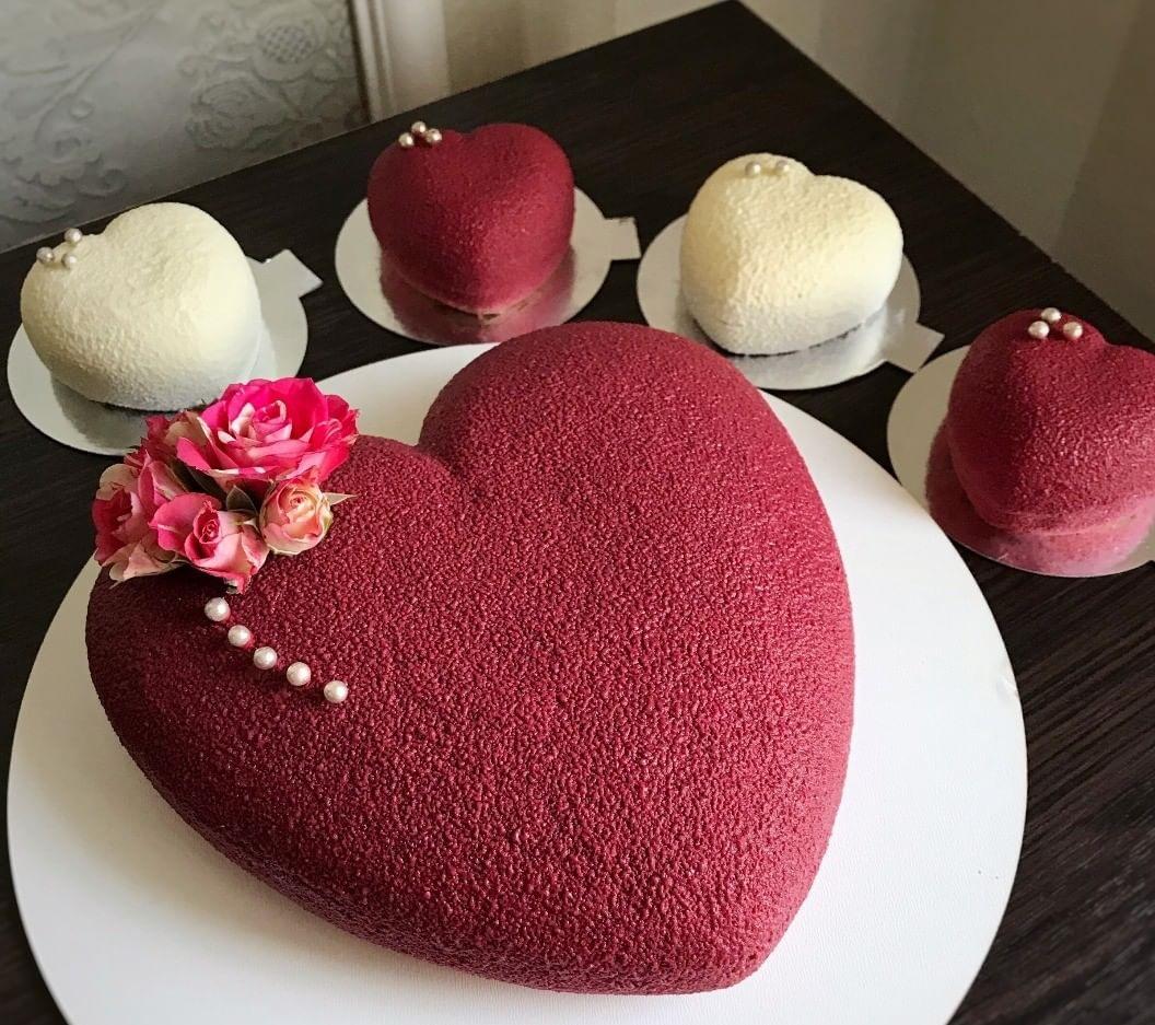 торт-сердце с велюровым покрытием