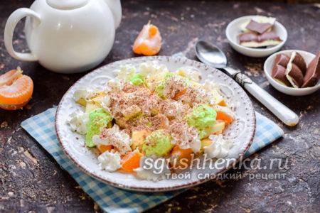 фруктовый салат со взбитыми сливками
