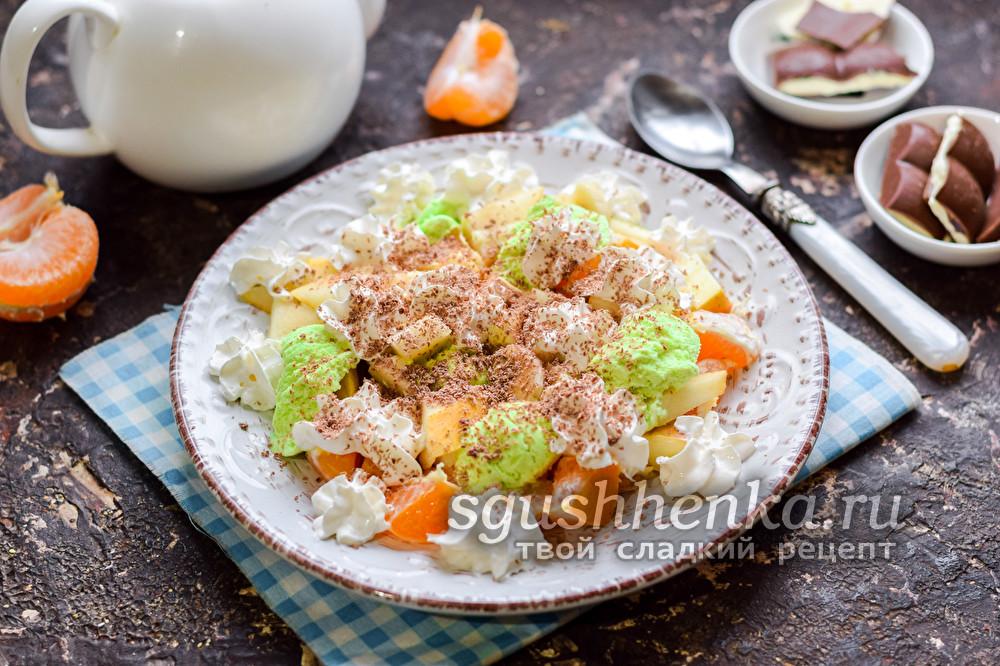 фруктовый салат с мороженым и шоколадом