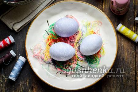 яйца, покрашенные нитками
