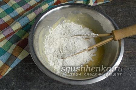 смешать пшеничную муку с разрыхлителем