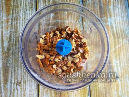 измельчить орехи в крошку