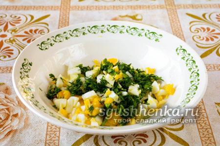 нарезать яйца и зелень