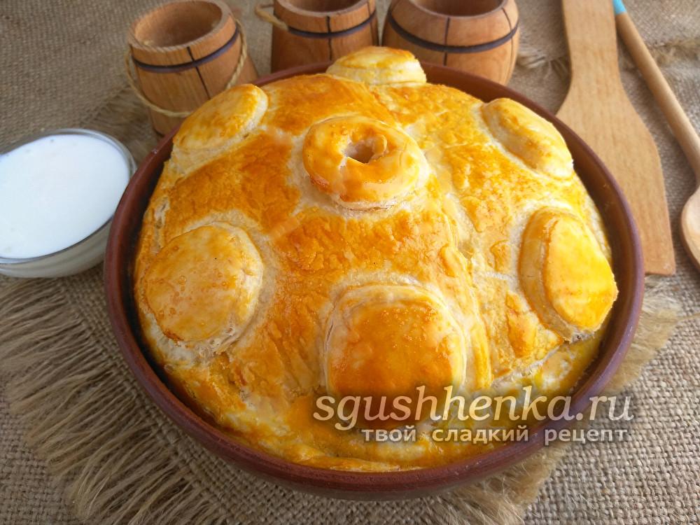 Курник с курицей, картошкой и грибами из слоеного теста