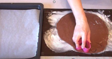 вырежьте тесто